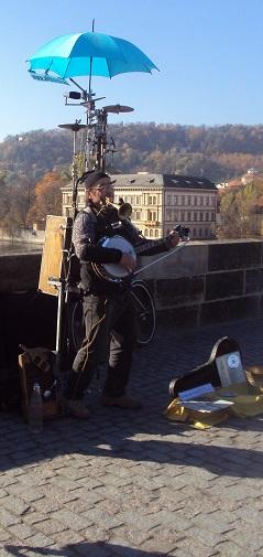 Charles Köprüsü üzerindeki bu amca, tek kişilik dev bir orkestra olarak hizmet veriyor. Tüm turistlerin sevgilisi.